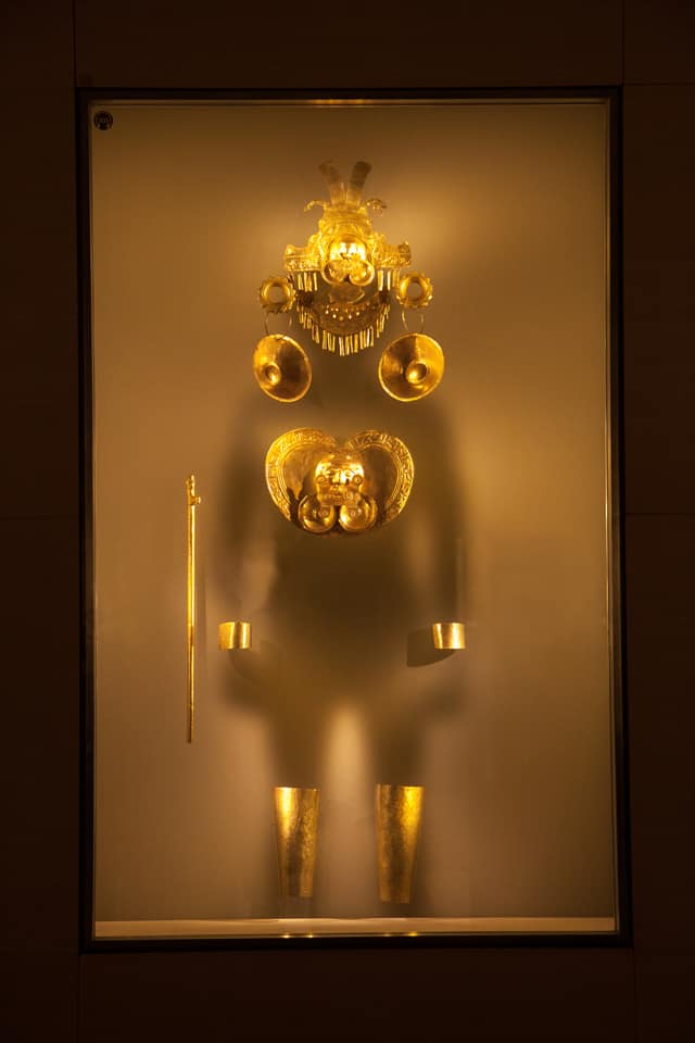 Actual-size display showing how gold adornments were worn by royalty.