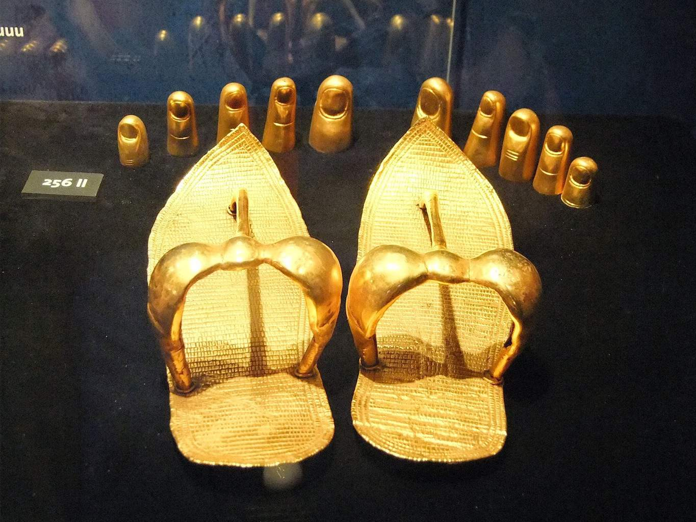 King Tut's gold sandals and toe covers - Photo: Florin Chiriac, Wikipedia