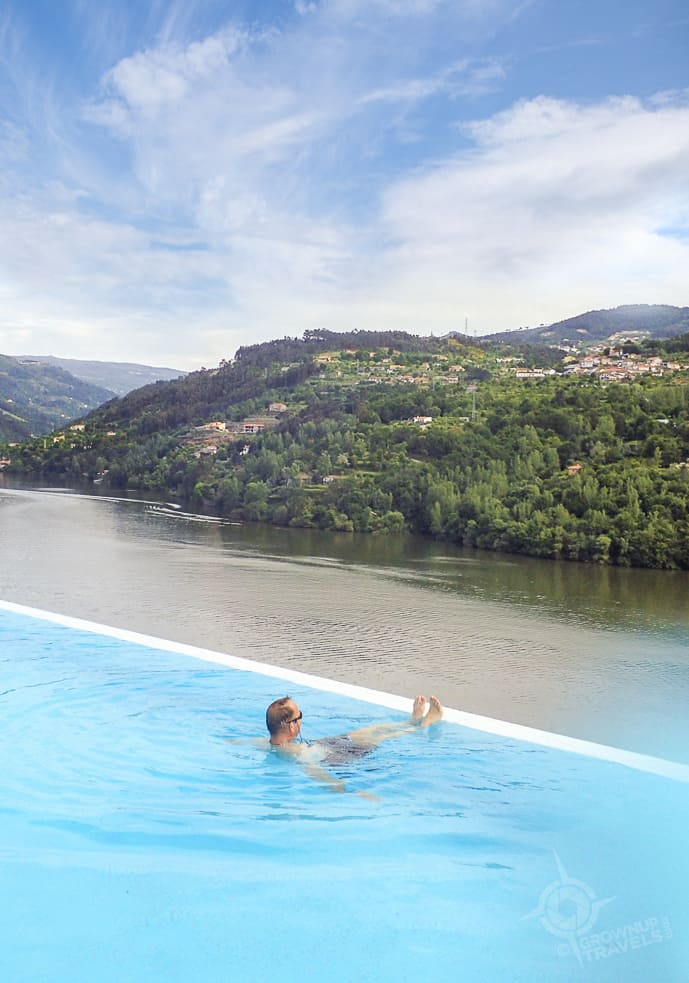 Henk in Douro infinity pool
